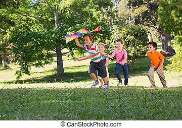 enfants jouer, parc, cerf volant