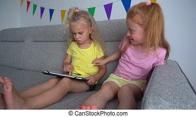 enfants, mieux, filles, computer., sofa, amis, combat, toxicomanogène, tablette