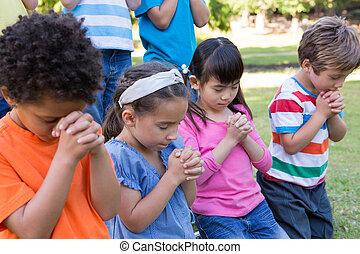 enfants, parc, prier