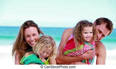 enfants, parents, leur, tenue, sourire