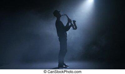 enfumé, musicien, jouer, saxophone., studio, projecteur, homme