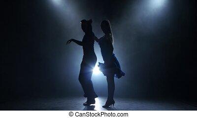 enfumé, silhouette, salle bal, couple, danseurs, poser, professionnel, studio