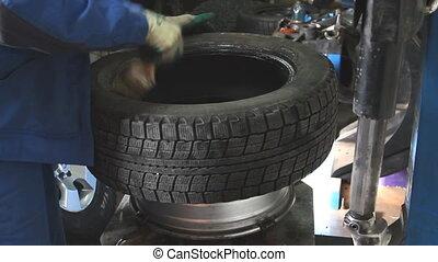 enlève, voiture, closeup, mécanicien, pneu