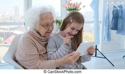 enseignement, grand-mère, petite fille