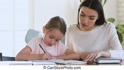 enseignement, mère, précepteur, girl, writing., habile, peu, gosse