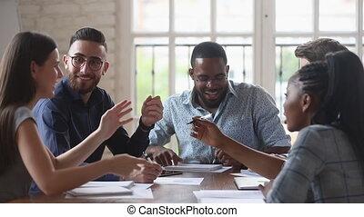 ensemble, conversation, rire, divers, amical, démarrage, gens, heureux, équipe, fonctionnement