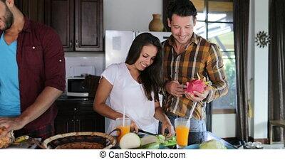 ensemble, femme, groupe, préparer, sain, légumes, cuisine, deux, jeunes couples, conversation, coupure, fruits, cuisine, repas, homme