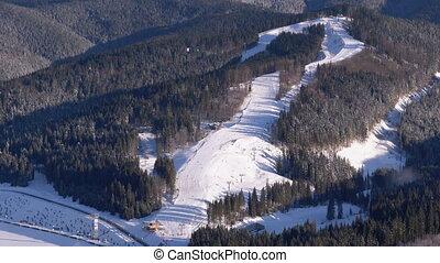 ensoleillé, skieurs, cavalcade, montagnes, station sports hiver, pente, jour, neigeux