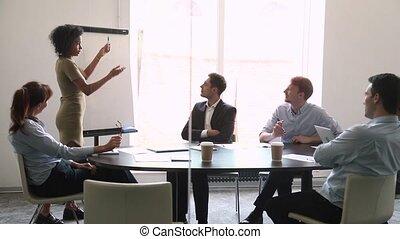 entraîneur, conversation, donner, employés, flipchart, confiant, orateur, africaine, présentation