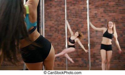 entraîneur, femme, autour de, danse, sauts, filles, haut, comment, poteau, rotation, spectacles, studio.