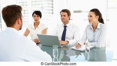 entrevue, expliquer, panneau, appli