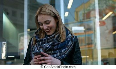 envoi, femme, elle, jeune, téléphone., joli, blond, message