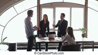 equipe affaires, gens, multiculturel, brain-storming, ensemble, bureau, fonctionnement