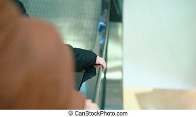 escalator., gros plan, fille, elle, centre commercial, maman, équitation