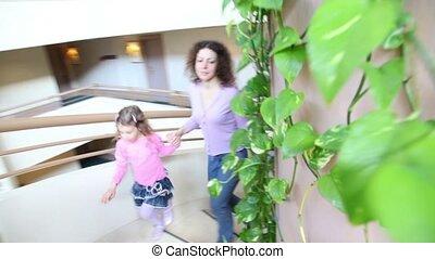 escalier, usines, gosses, multiple, haut, elle, plancher, mur, spirale, promenade, mère, bâtiment
