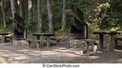 espagne, forêt, bois, pique-nique, barbeque., catalogne, secteur, tables, bancs, métal, vide