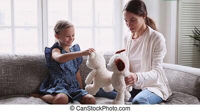 espiègle, jouets bourrés, jouer, fille, gosse, baby-sitter, maman