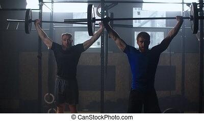 exercice, formation, anneaux, deux, equipments:, balle, voyante, s'accroupit, médecine, coup, moule, ensemble, gym., lent, aérien, gymnase, plaque, exercisme, olympique, haltérophilie, hommes, mouvements, homme fort, mouvement
