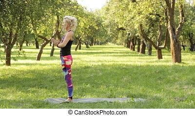 exercices, femme, exécuter, yoga