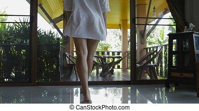 exotique, marche, brunette, porte, chemise, forêt, arrière, dos, séduisant, regarder, femme, terrasse, vue, girl, homme, ouvert, paysage, dehors