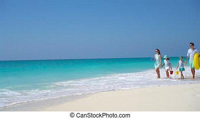 exotique, quatre, plage blanche, famille