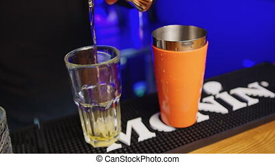 expérimenté, boisson, barman, alcool, servir, barman, drink., nourriture, verser, boisson, verre, -, haut., avant, cocktail, fin, créer, professionnel, concept
