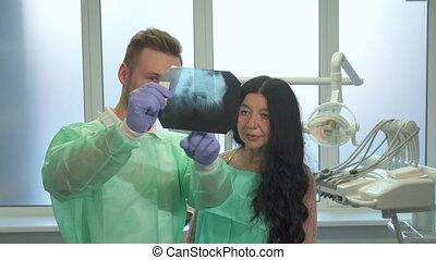 explaines, dentiste, patient, quelque chose, rayon x