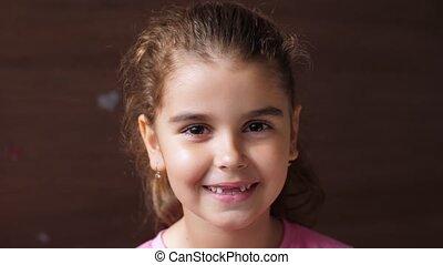 exposition, non, teeth., enfant, portrait, girl, hard., bébé, édenté, rire, smile.