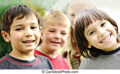 extérieur, ensemble, sans, négligent, limite, sourire fait face, enfants, bonheur, heureux