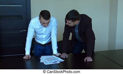 fâché, bureau, jeune homme, homme affaires, screaming., querelle