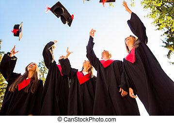 félicitations, air, remise de diplomes, cinq, réussi, ensemble, étudiants, lancement, célébrer, chapeaux