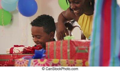 fête, enfant, père, célébrer, anniversaire, mère, maison, heureux