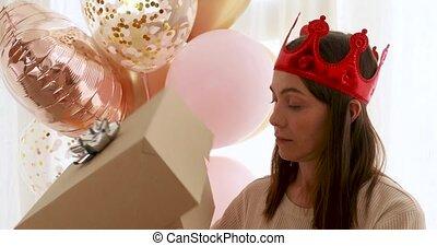 fête, obtenir, choqué, ouverture, après, boîte, présent, femme porte chapeau