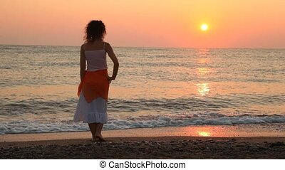 fait face, femme, stands, coucher soleil, mer, seul, plage