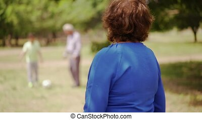 famille, 11-happy, grand-maman, personne agee, football, jouer