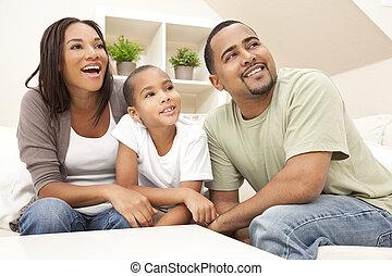 famille, américain, africaine, maison, sourire heureux