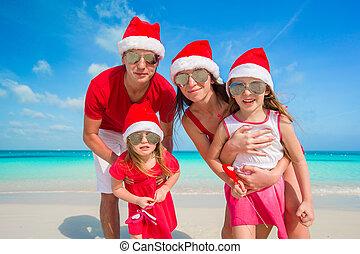 famille, chapeaux, santa, portrait, plage, heureux