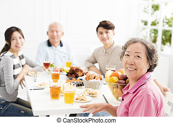 famille, ensemble, dîner, asiatique, avoir, heureux