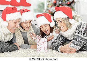 famille, heureux, santa, plancher, cadeau, chapeaux