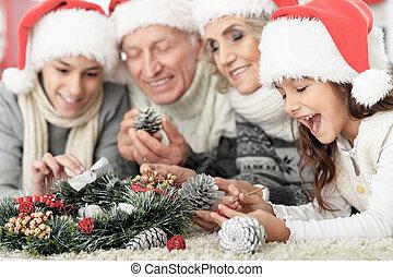 famille, heureux, santa, plancher, chapeaux