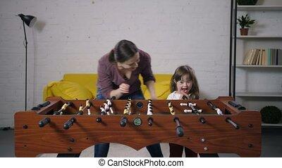 famille, insouciant, table, maison, football, jouer, heureux