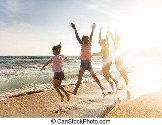 famille, jeune, sauter, plage coucher soleil, heureux