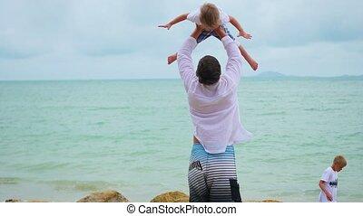 famille, jeune, seashore., enfant avoirs, homme, heureux