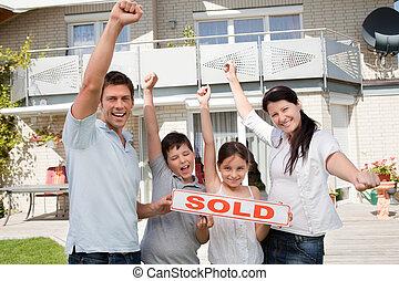 famille, leur, maison, célébrer, nouveau, achat, heureux