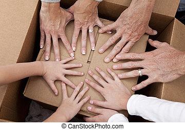 famille, maison, boîtes, en mouvement, mains, déballage