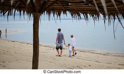 famille, promenades, long, plage, enfants, heureux