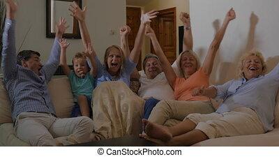 famille, regardant télé, victoire, sport, événement, heureux