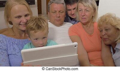 famille, regarder, grand, tampon, quelque chose, toucher