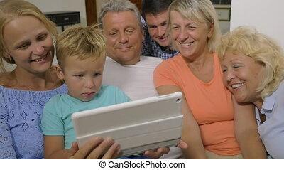 famille, regarder, grand, tampon, toucher, vidéo