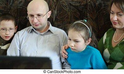 famille, séance, sofa, écran, regards, ordinateur portable